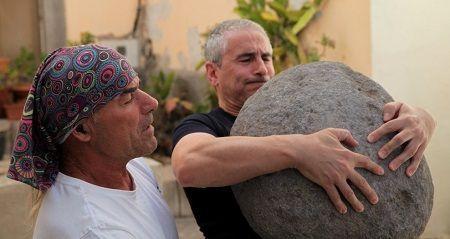lucio levantando piedra redonda