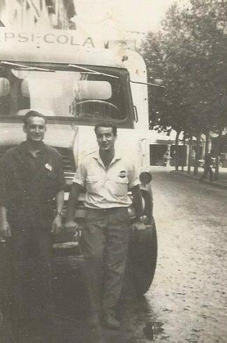 personas y furgoneta