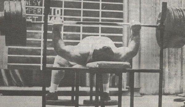Atleta levantando press de banca