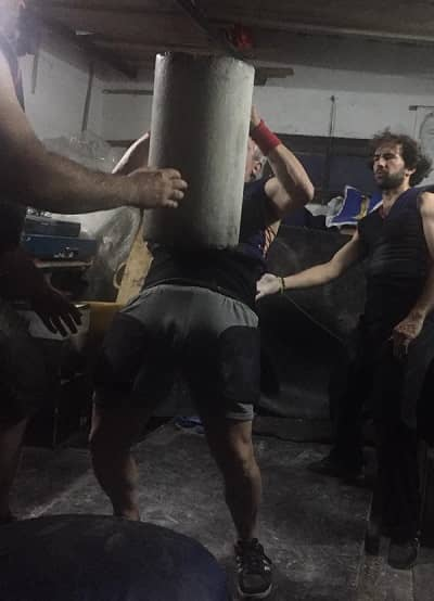 lucio levantando piedra 100 kilos
